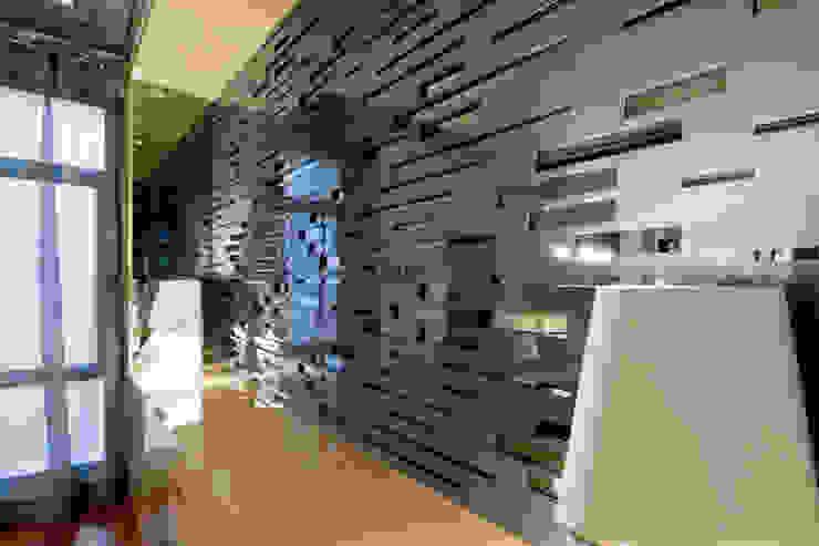 MANUEL TORRES DESIGN Pareti & Pavimenti in stile moderno Grigio