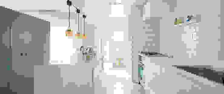 料理の準備がしやすいキッチンカウンター ゼロリノベ クラシックデザインの キッチン 白色