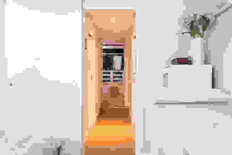 ARESAN PROYECTOS Y OBRAS SL Коридор, прихожая и лестница в модерн стиле Белый