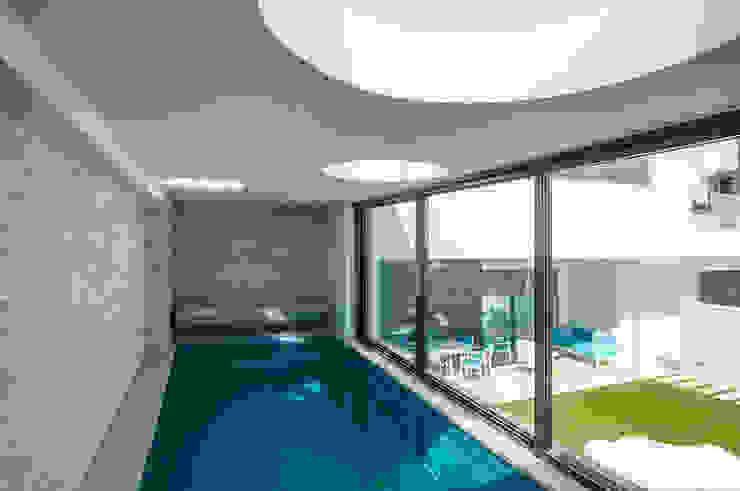 Piscina interior climatizada Activ-a Servicios profesionales de arquitectos Piscinas de estilo moderno