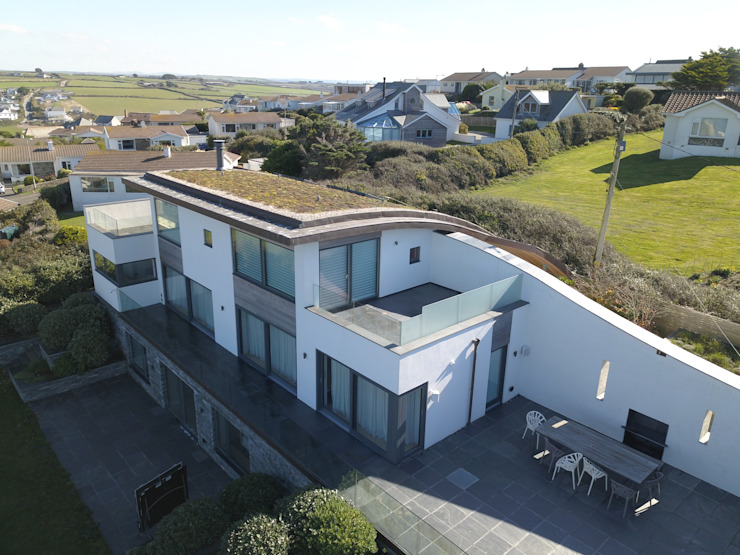 Curved green roof on sustainably build home Arco2 Architecture Ltd Modern houses