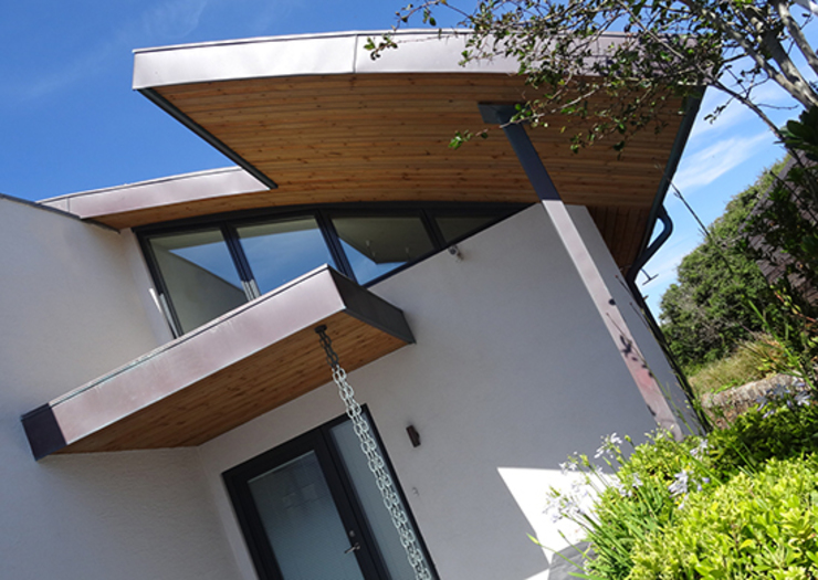 Irregular shaped curved roof on new build property. Arco2 Architecture Ltd Modern style doors