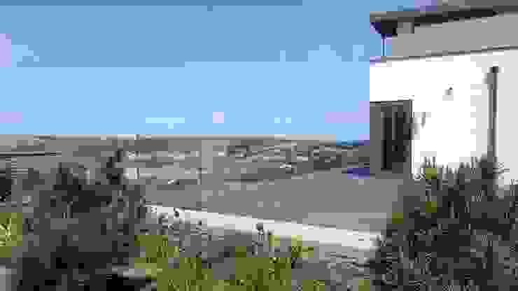 Slate patio with glass balustrade surround Arco2 Architecture Ltd Modern balcony, veranda & terrace