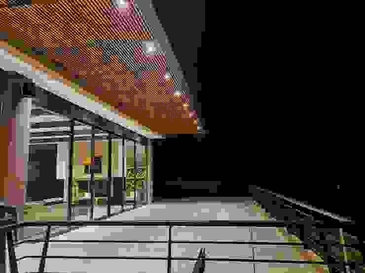 Terraza sobre zona social Arquitectos y Entorno S.A.S Balcones y terrazas de estilo minimalista Acabado en madera