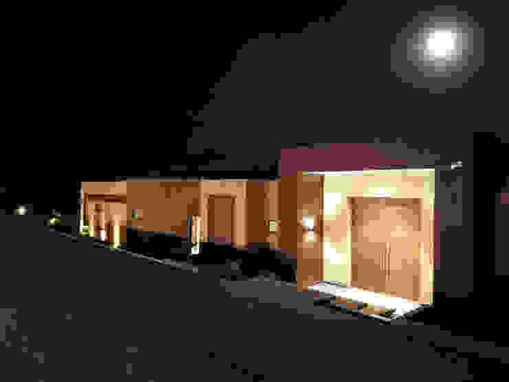 Acceso Casa 71 Bosques de Granada y Cayunda Arquitectos y Entorno S.A.S Casas de estilo minimalista Ladrillos Marrón