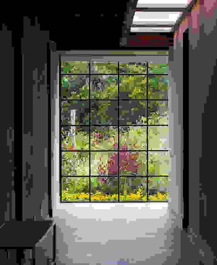 Pasillo en Vivienda campestre en La Clera, conjunto Bosques de Granada y Cayunda. Diseñada y construida por Arquitectos y Entorno. Arquitectos y Entorno S.A.S Pasillos, vestíbulos y escaleras de estilo moderno