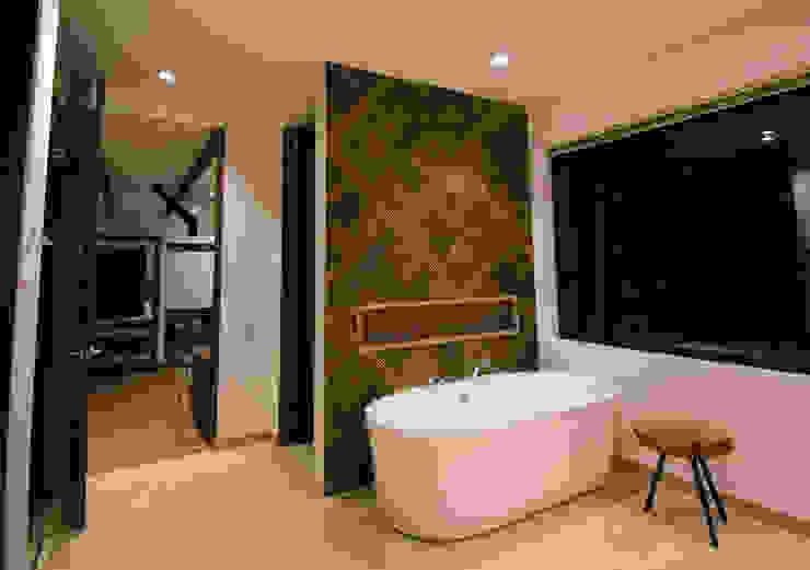 Tina en baño principal Arquitectos y Entorno S.A.S Baños de estilo moderno