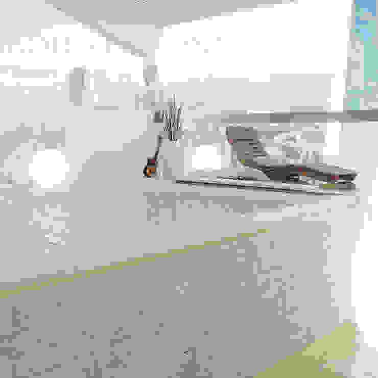 Terrazza con vista sulla skyline con vasca idromassaggio Alessandro Chessa Balcone, Veranda & Terrazza in stile moderno