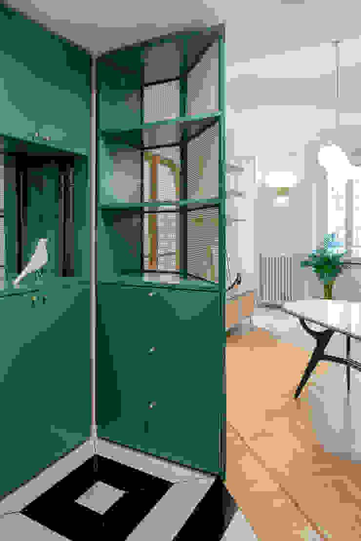 Ingresso verso il soggiorno PLUS ULTRA studio Ingresso, Corridoio & ScaleCassettiere & Scaffali Verde