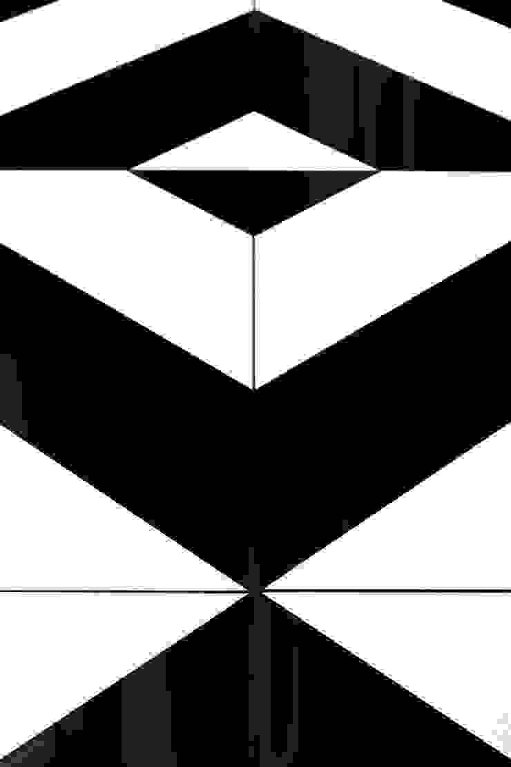 Pavimento optical dell'ingresso realizzato su disegno PLUS ULTRA studio Ingresso, Corridoio & Scale in stile eclettico Ceramica Variopinto