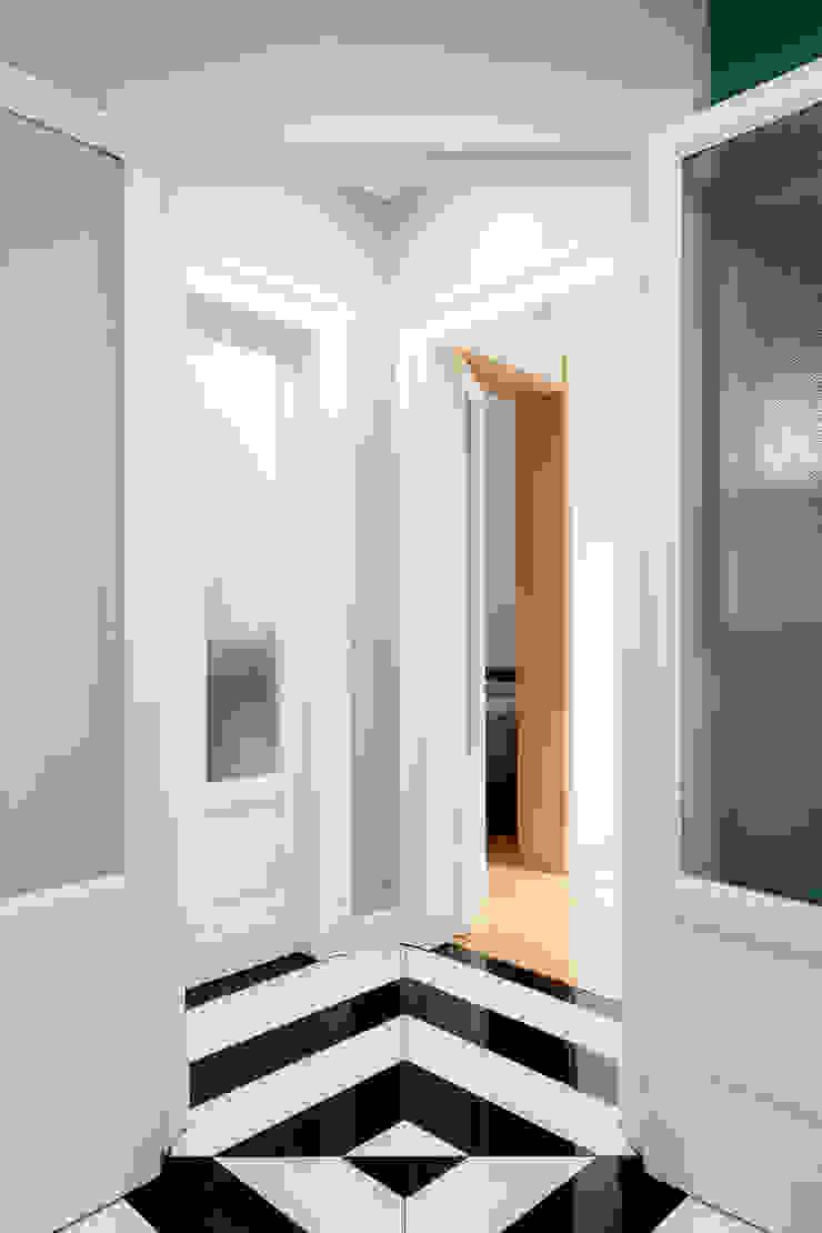 Il disimpegno triangolare verso la zona notte PLUS ULTRA studio Ingresso, Corridoio & Scale in stile eclettico