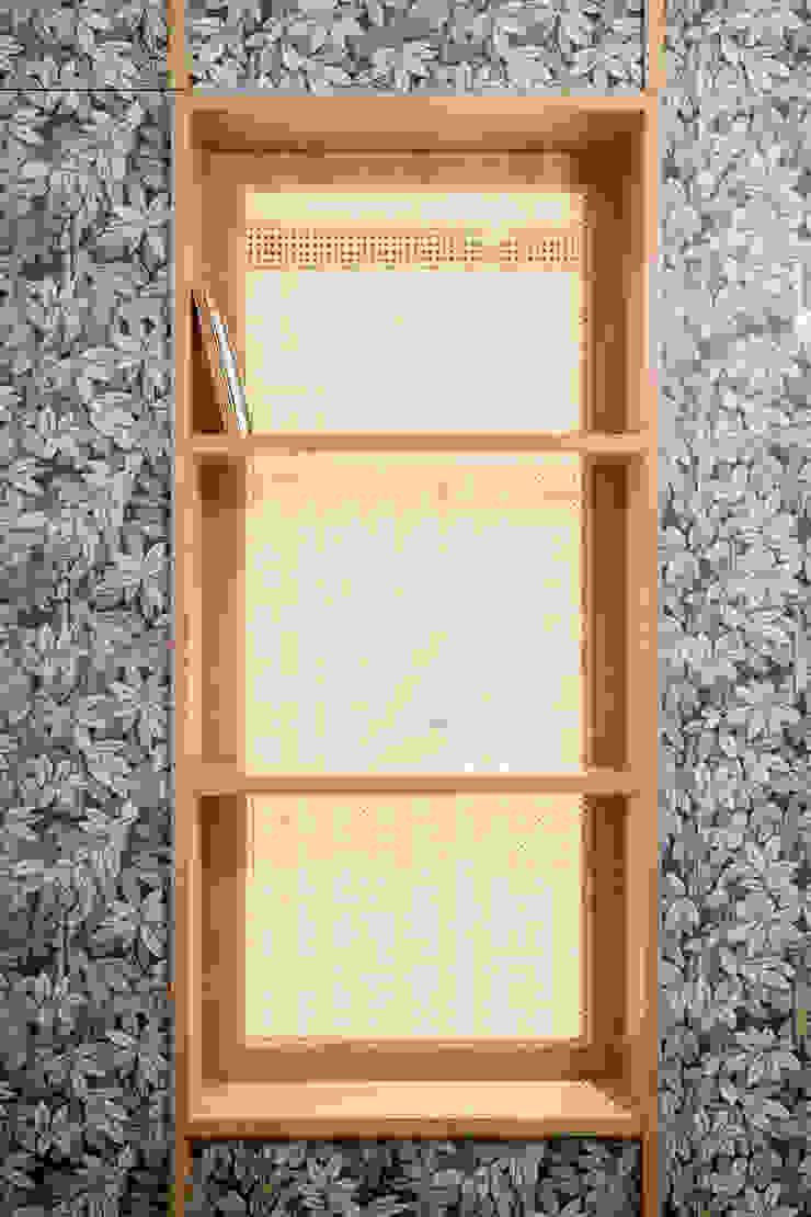 La finestra interna in paglia di vienna consente il passaggio di luce dalla camera alla cabina armadio PLUS ULTRA studio Camera da letto eclettica Grigio
