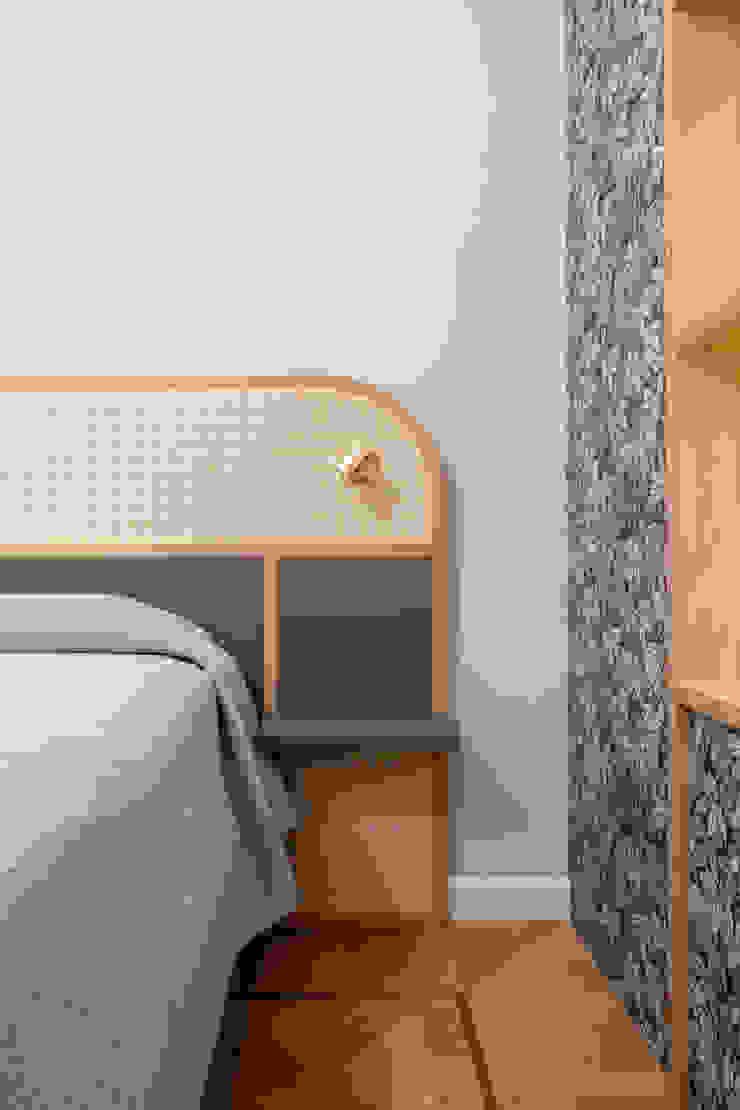 La testata del letto realizzata su disegno, in paglia di vienna, rovere e laccato PLUS ULTRA studio Camera da lettoLetti e testate