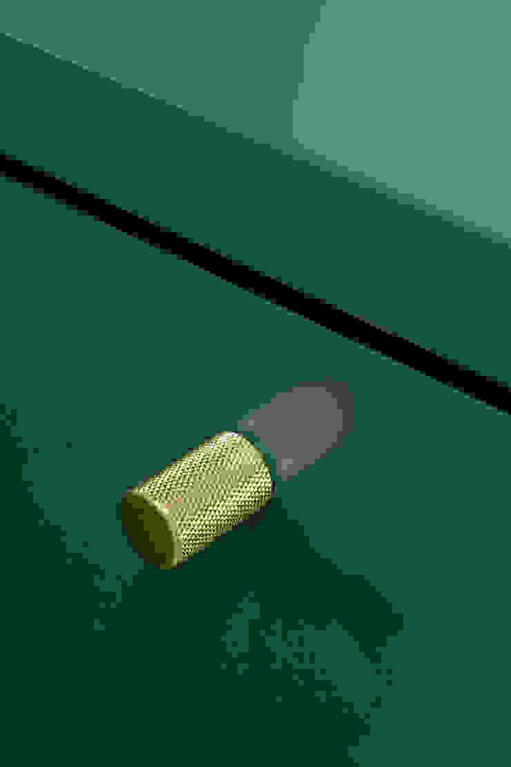 Dettaglio dei pomoli in ottone PLUS ULTRA studio Ingresso, Corridoio & ScaleAccessori & Decorazioni Metallo Ambra/Oro