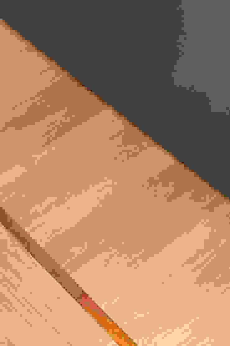 Dettaglio del pavimento in parquet massello di rovere, posato a lisca con fascia e bindello PLUS ULTRA studio Pareti & PavimentiRivestimenti pareti & Pavimenti
