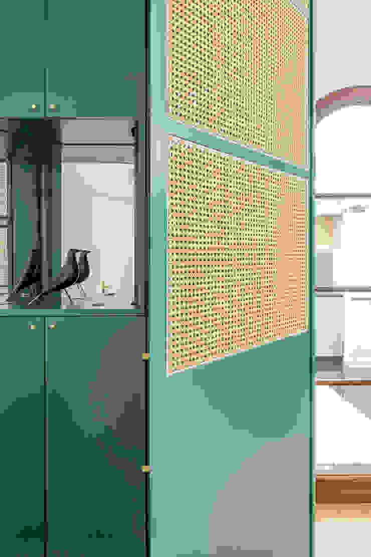 L'arredo dell'ingresso, in legno laccato verde e paglia di vienna PLUS ULTRA studio Ingresso, Corridoio & Scale in stile eclettico Verde