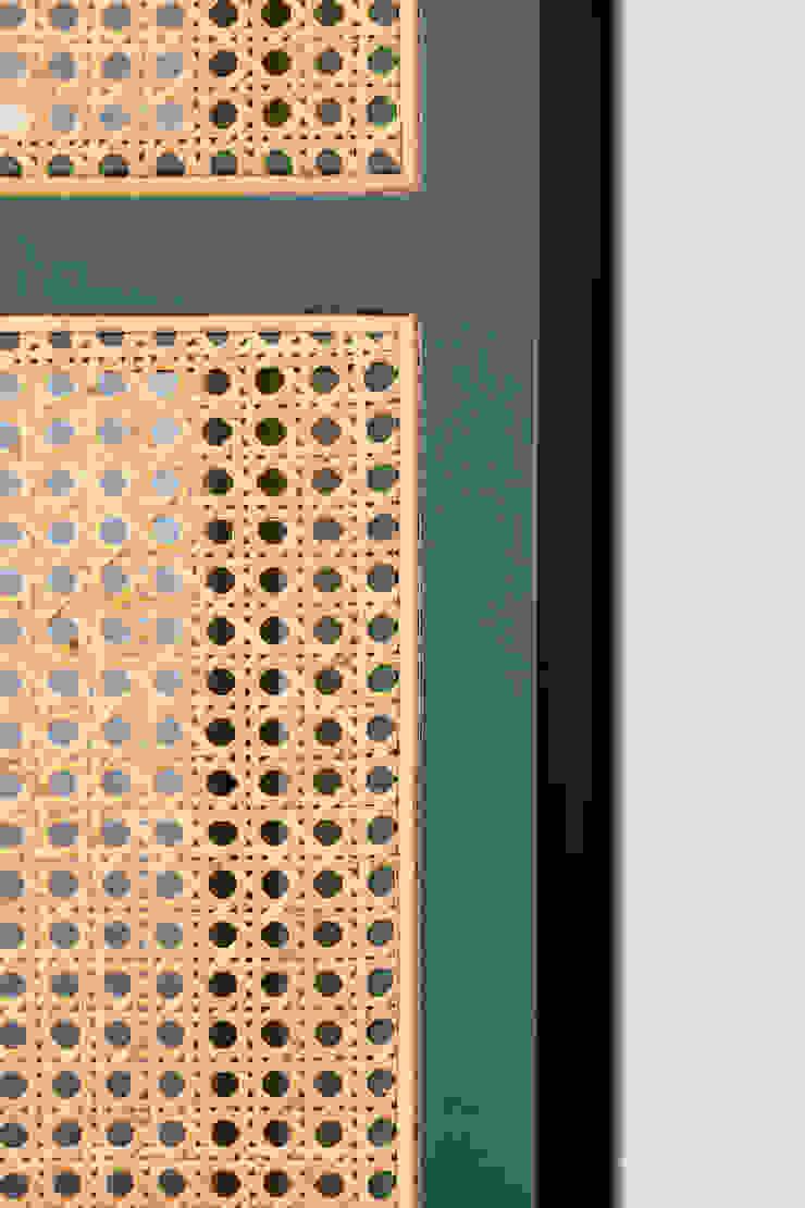 Dettaglio dell'arredo in legno laccato e paglia di vienna PLUS ULTRA studio Ingresso, Corridoio & ScaleContenitori
