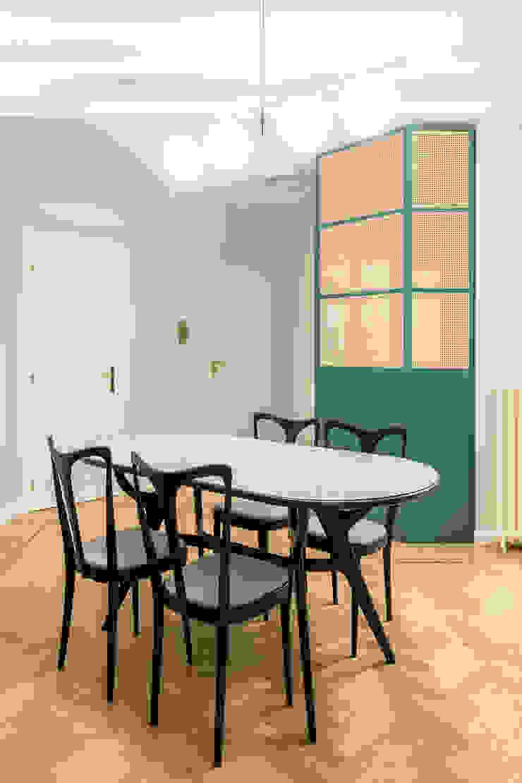 La zona pranzo, con tavolo e sedie vintage, ispirate al design di Ico Parisi PLUS ULTRA studio Sala da pranzoTavoli