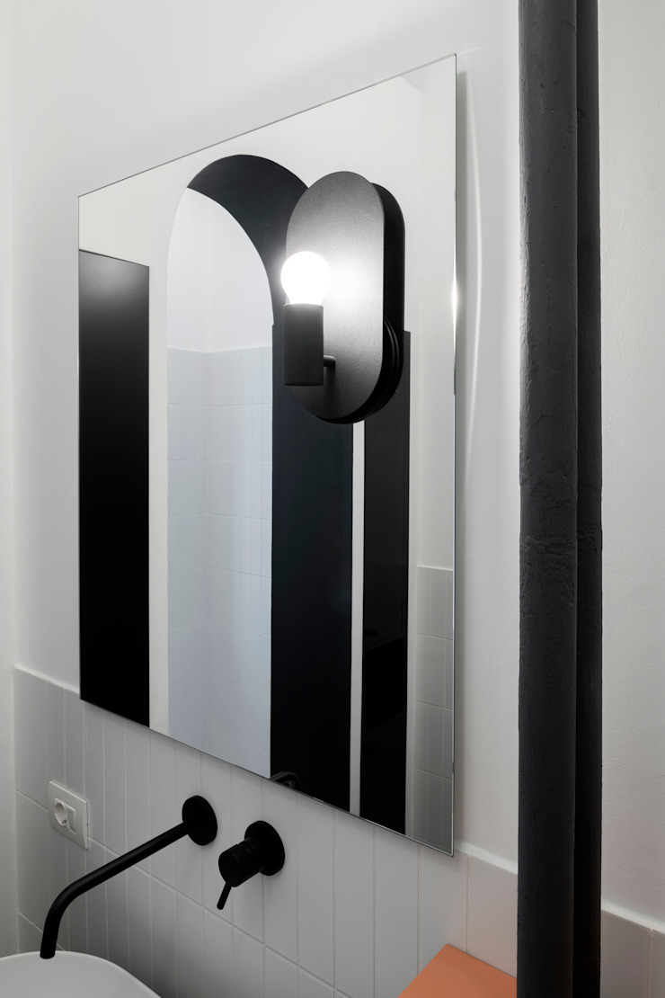 Dettaglio dello specchio con illuminazione integrata PLUS ULTRA studio BagnoSpecchi