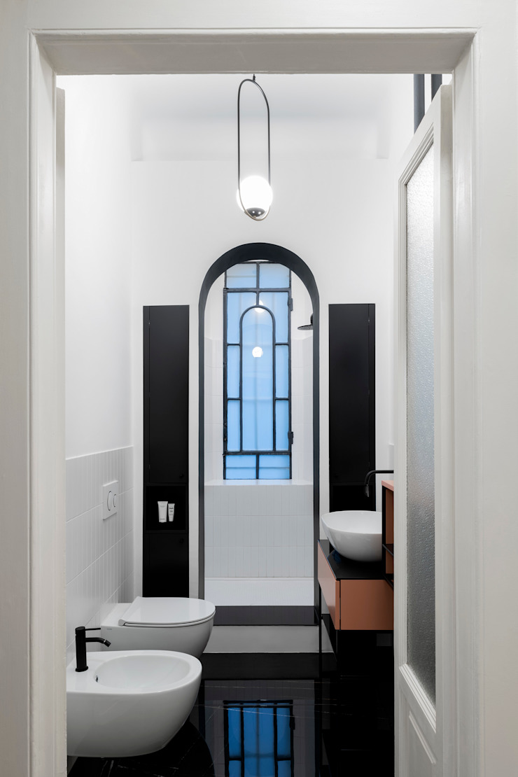 Vista del bagno, con l'arco di ingresso nella doccia PLUS ULTRA studio Bagno eclettico Variopinto