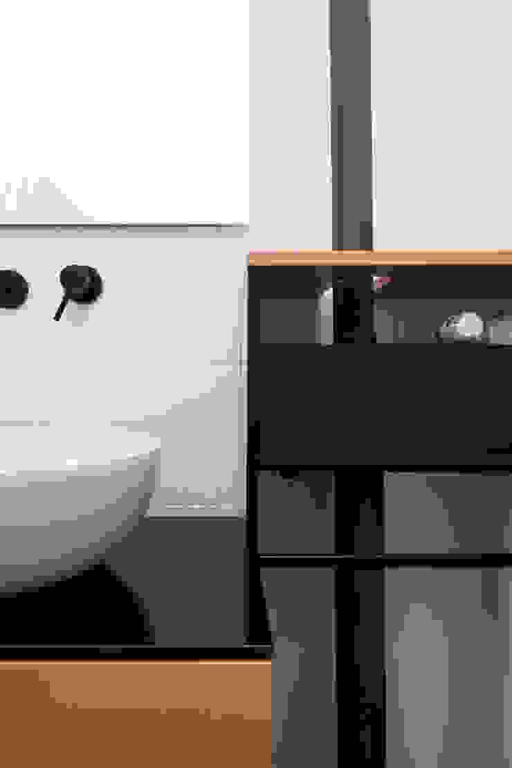 Dettaglio dell'arredo del bagno PLUS ULTRA studio Bagno eclettico Variopinto