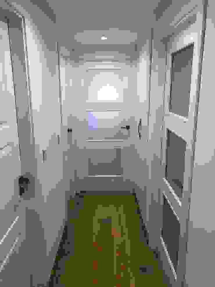 PROYECTO INTEGRAL PISO EN GRANADA Puertas de estilo escandinavo de inbasi Interiorismo y Decoración S.L.U. Escandinavo