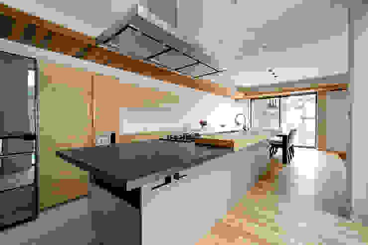 和モダンの空間を引き締めるソリッドなキッチン TERAJIMA ARCHITECTS/テラジマアーキテクツ システムキッチン
