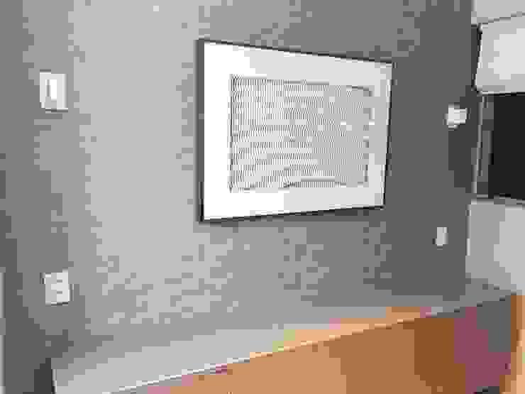 Detalhe do quadro na sala Aadna.Design Sala de estarAcessórios e Decoração