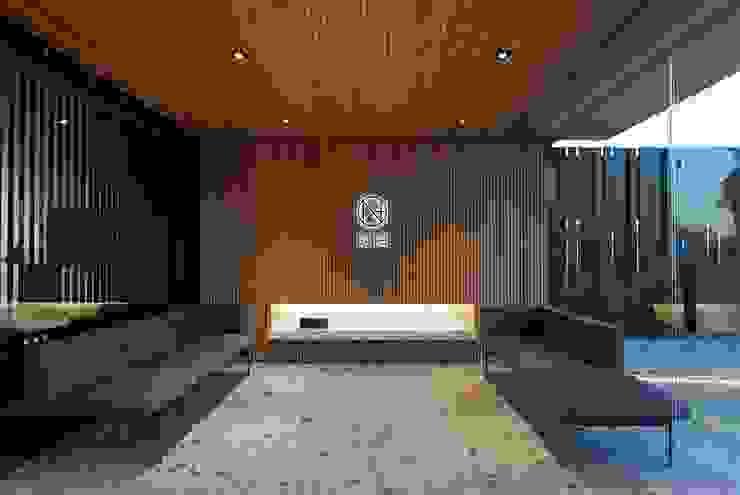 Zona de espera con almacenaje escondido Oficinas y tiendas de estilo moderno de MANUEL GARCÍA ASOCIADOS Moderno