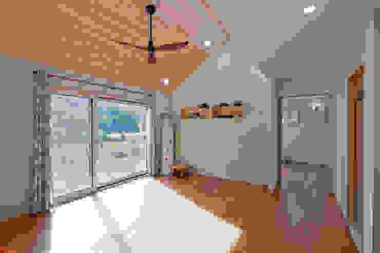 """[양평농가주택] 지중해 스타일로 멋을 낸 자연과 잘 어울리는 양평농가주택 """"동동하우스"""" 위드하임 모던스타일 거실"""
