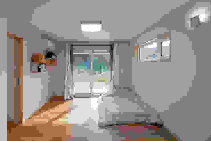"""[양평농가주택] 지중해 스타일로 멋을 낸 자연과 잘 어울리는 양평농가주택 """"동동하우스"""" 위드하임 모던스타일 침실"""