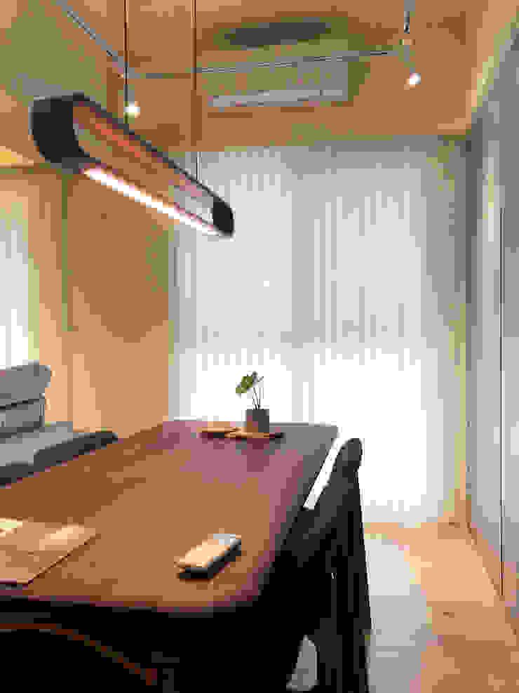 MSBT 幔室布緹 Oficinas de estilo minimalista Madera maciza Acabado en madera