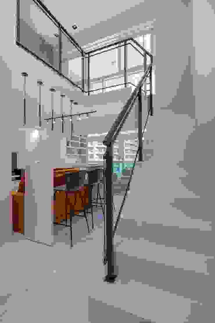 Spazhio Croce Interiores Corridor, hallway & stairsStairs Porselen White