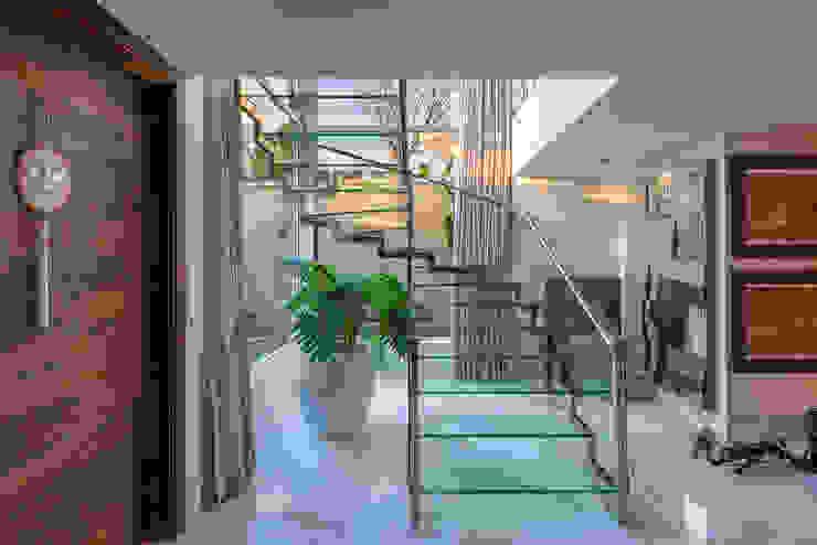 Spazhio Croce Interiores 玄關、走廊與階梯階梯 玻璃 Transparent