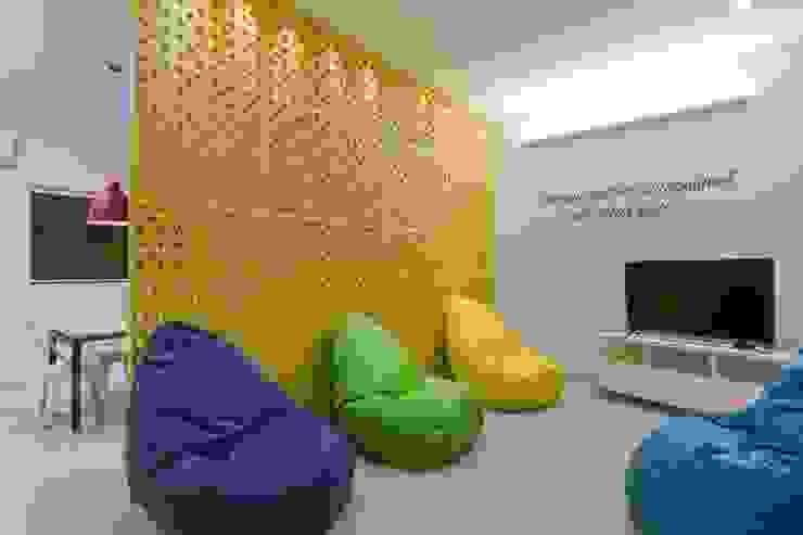 Spazhio Croce Interiores Modern study/office Ceramic Multicolored