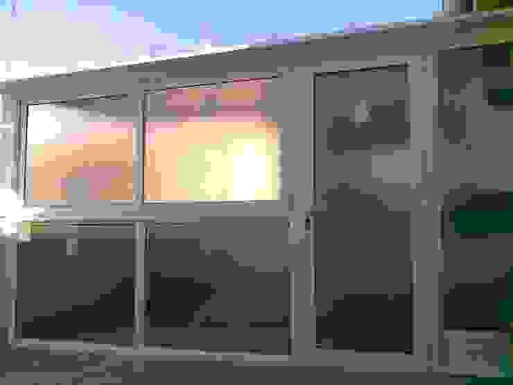 EXTERIOR DEL TRASTERO/LAVADERO DEVENTANAS.COM Balcones y terrazas modernos Aluminio/Cinc Blanco