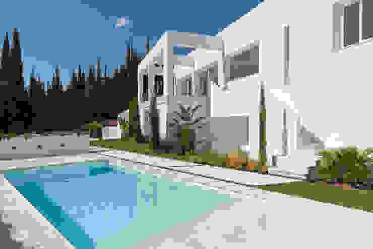 Villa Alegría Eacis Construcciones Piscinas de estilo moderno