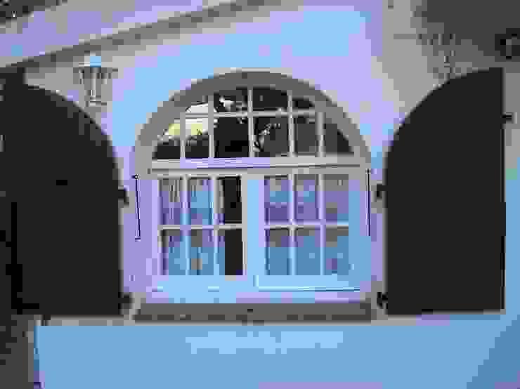 PORTICONES EXTERIORES EN ALUMINIO DEVENTANAS.COM Puertas y ventanas de estilo clásico Aluminio/Cinc Marrón