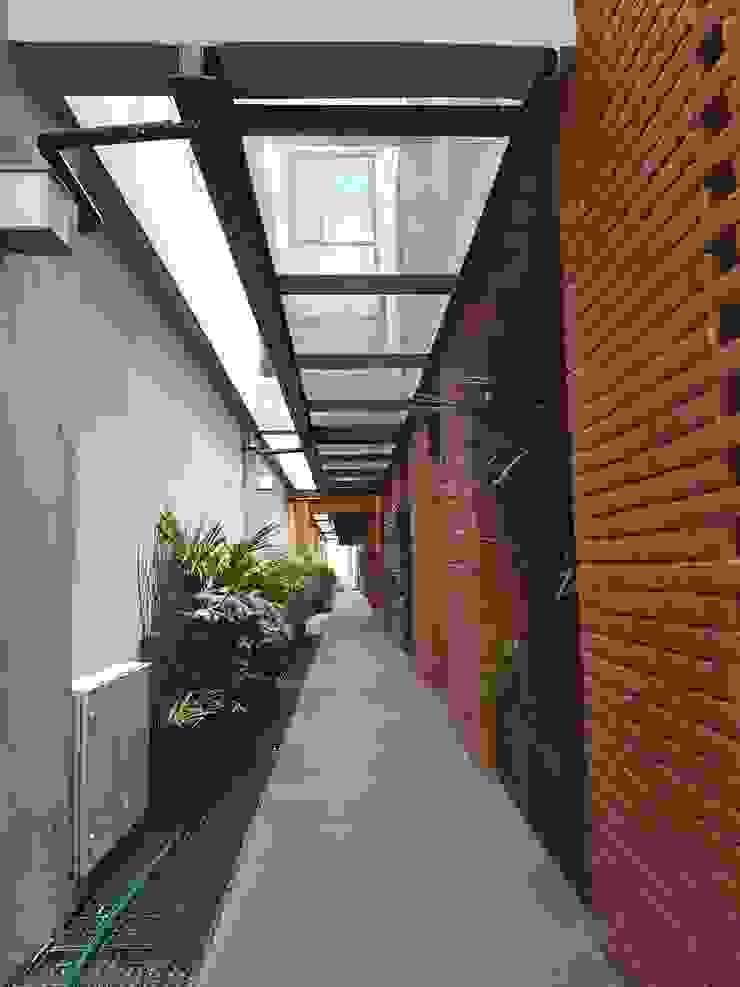Edificio San José Insurgentes Merkalum Pasillos, vestíbulos y escaleras modernos Vidrio Negro
