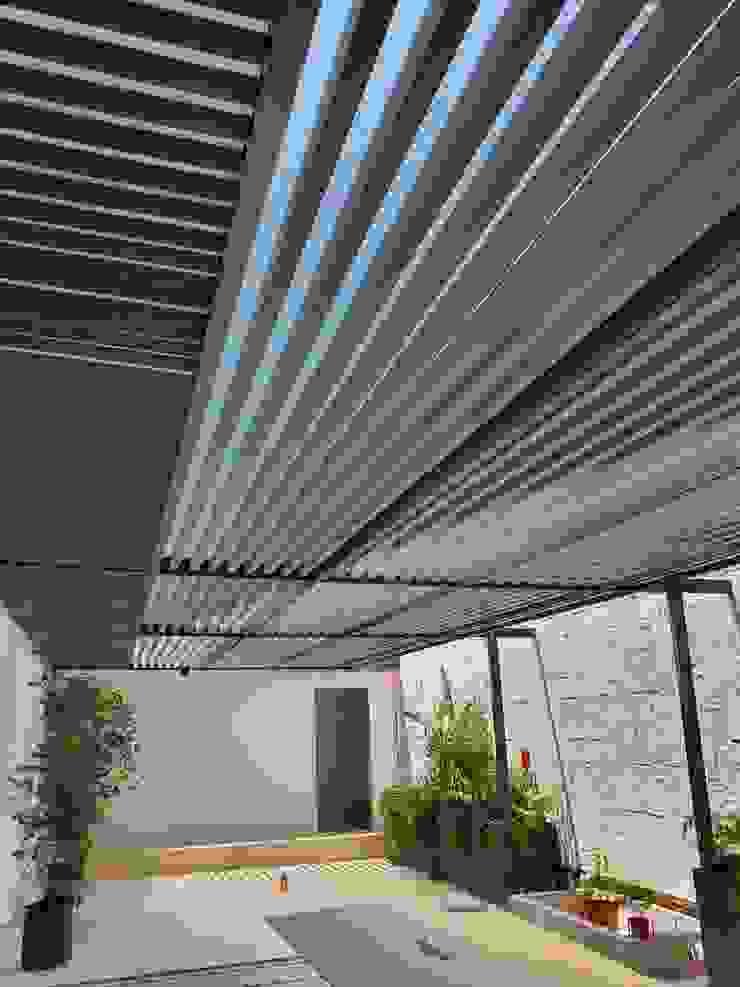 Departamento Tabachines Merkalum Balcones y terrazas modernos: Ideas, imágenes y decoración Vidrio Gris