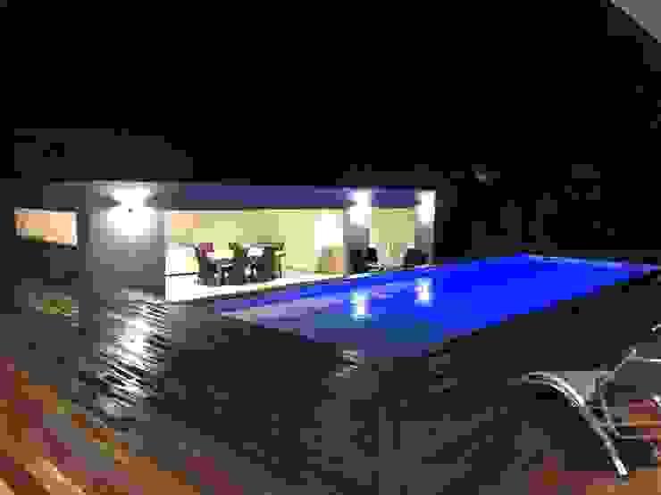 Villa contemporaine Aubais Brunel Architecture Balcon, Veranda & Terrasse modernes