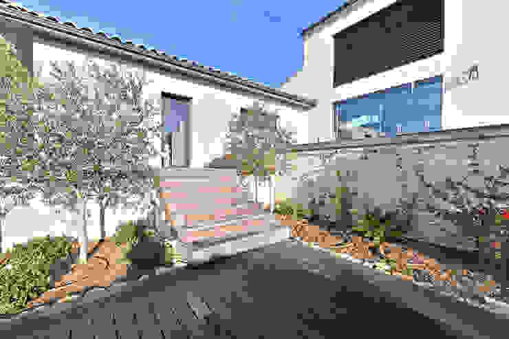 Villa Nages et Solorgues Brunel Architecture Balcon, Veranda & Terrasse méditerranéens