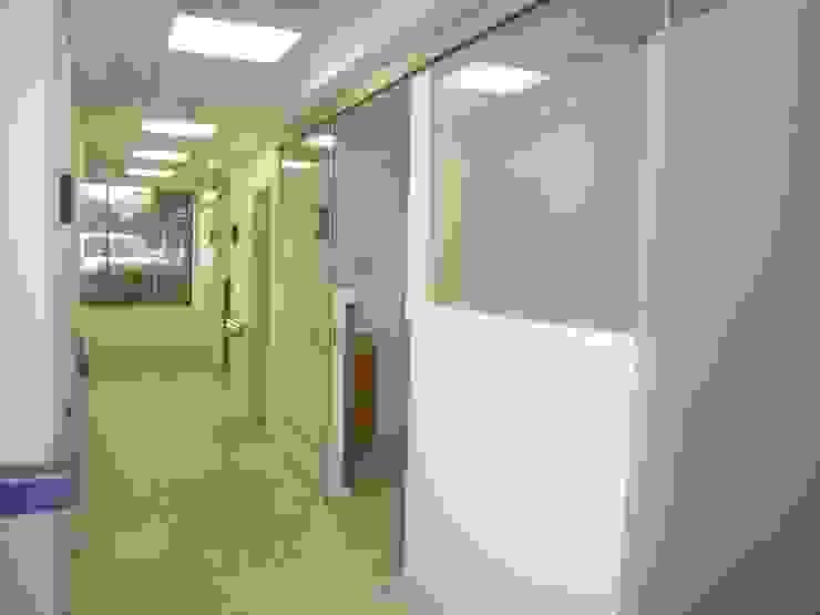 Sistema Corredizo Merkalum Oficinas de estilo moderno Aluminio/Cinc Metálico/Plateado