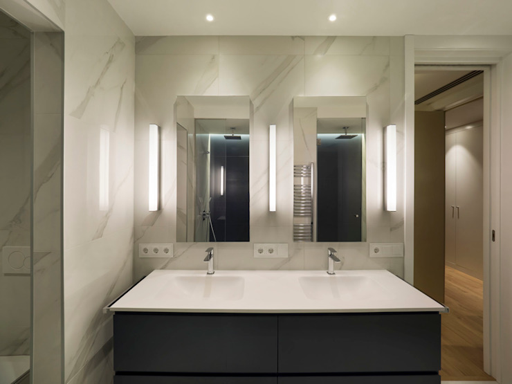 YOLANDA GUTIERREZ ESTUDIO DE ILUMINACIÓN Modern style bathrooms