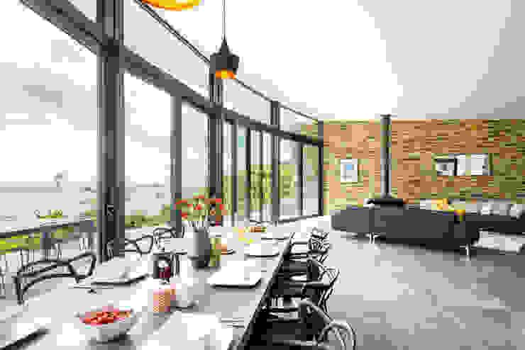 Seaside BeachfrontLiving and Dining Room Arco2 Architecture Ltd Nowoczesna jadalnia