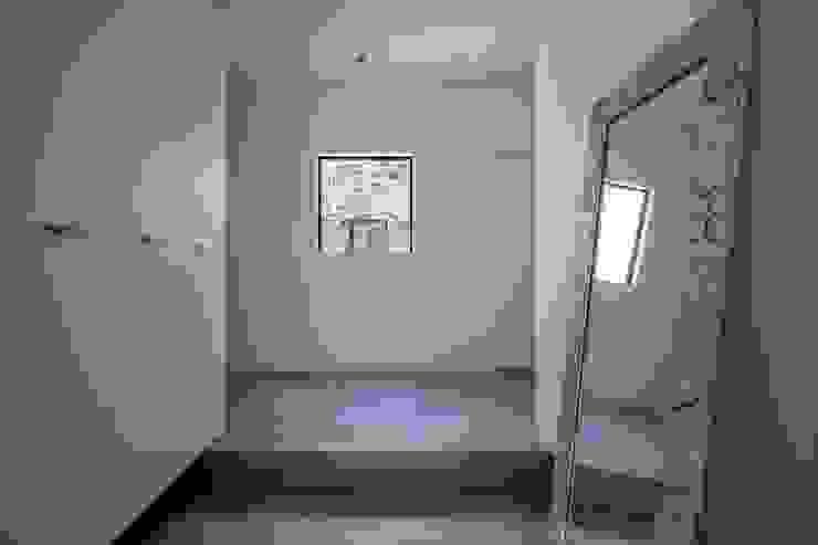 有限会社アルキプラス建築事務所 Pasillos, vestíbulos y escaleras de estilo asiático