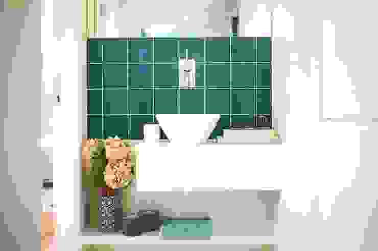 INSTALAÇÃO SANITÁRIA. SALLE DE BAIN. BATHROOM MA.TERIA. ARCHITECTURE SOLUTIONS Casas de banho ecléticas Azulejo Turquesa