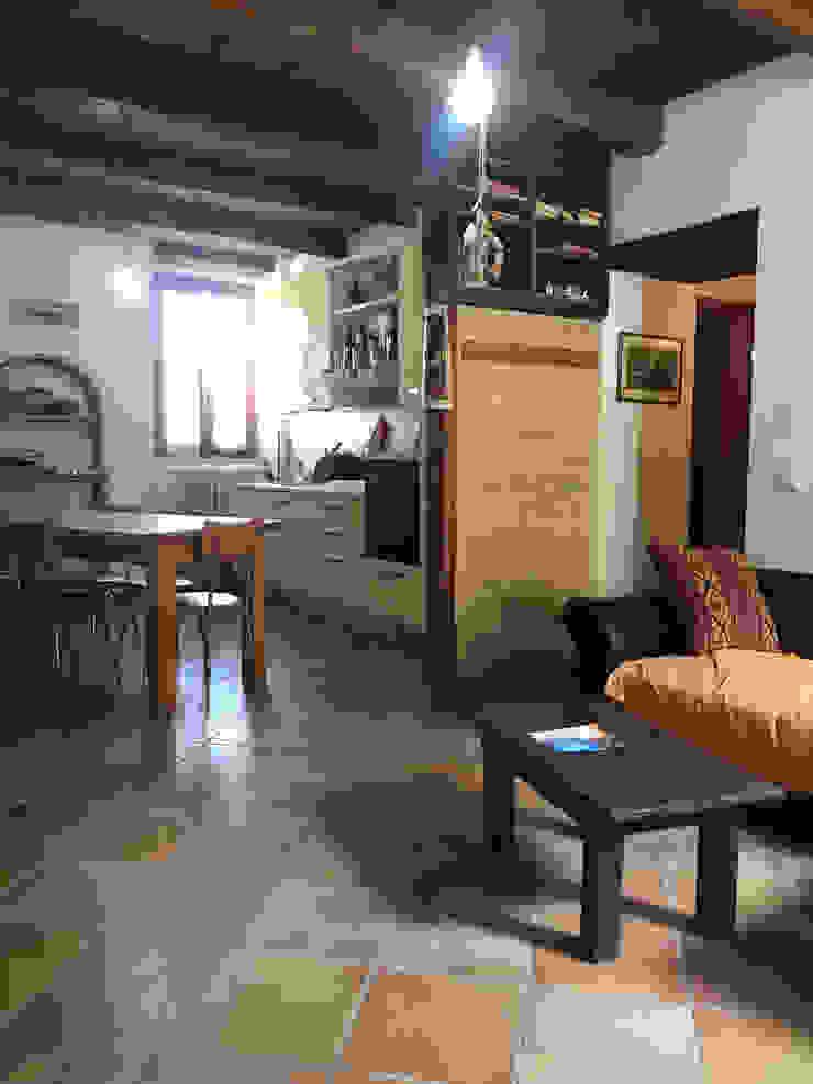 Foto SOGGIORNO appartamento ristrutturato in vendita, PRIMA del nostro intervento PROPERTY TALES Case in stile rustico