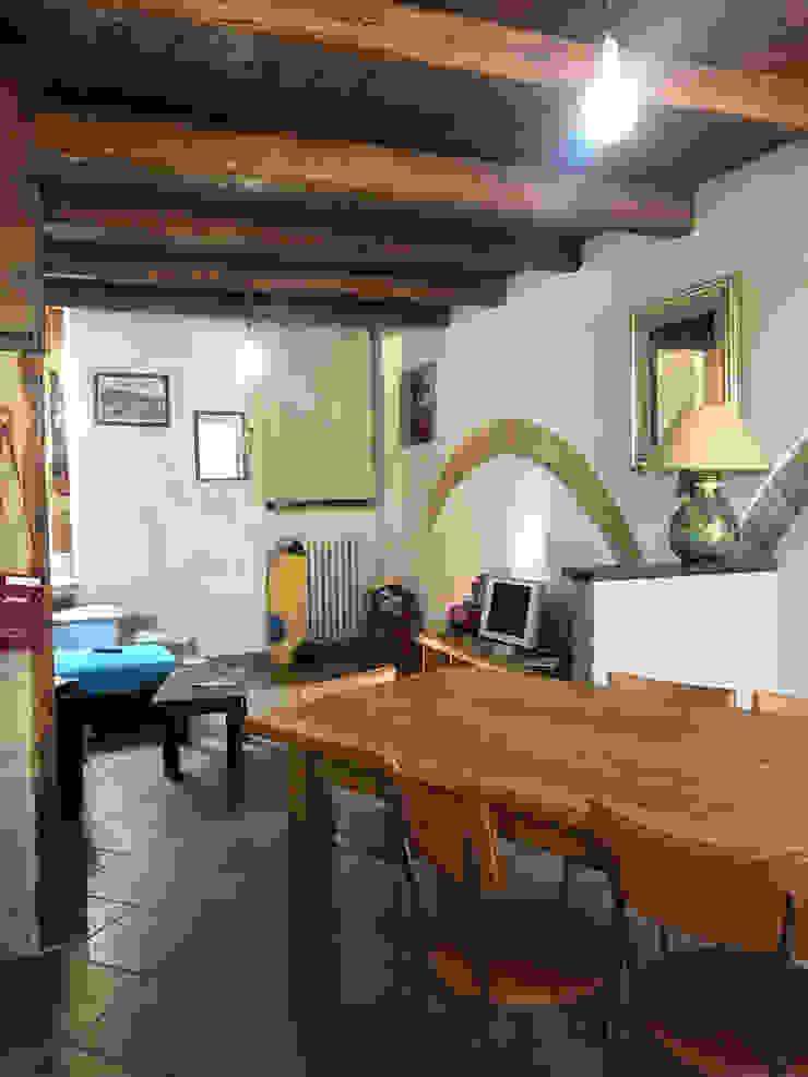 Foto ZONA PRANZO appartamento ristrutturato in vendita, PRIMA del nostro intervento PROPERTY TALES Soggiorno in stile rustico