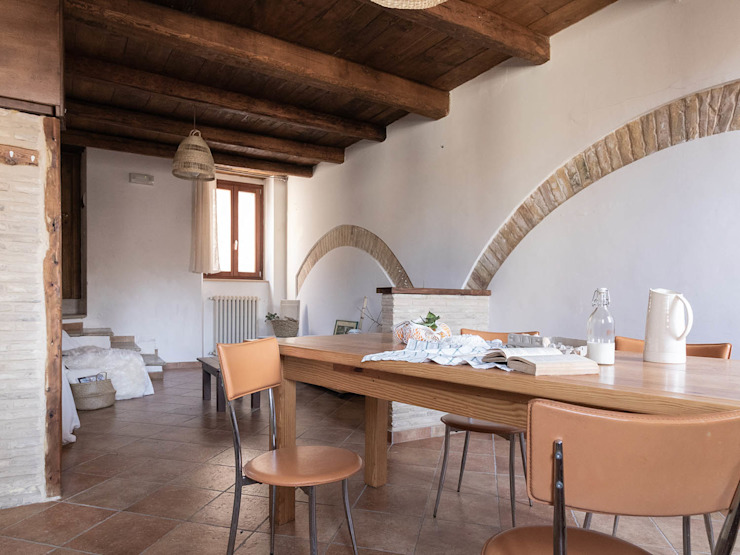 Foto ZONA PRANZO appartamento ristrutturato DOPO il nostro intervento, VENDUTO PROPERTY TALES Sala da pranzo in stile rustico